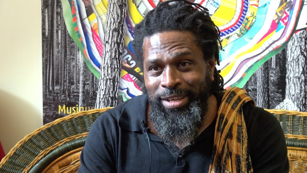 "Soeuf Elbadawi : "" Comores, un pays qui se meurt"" ."