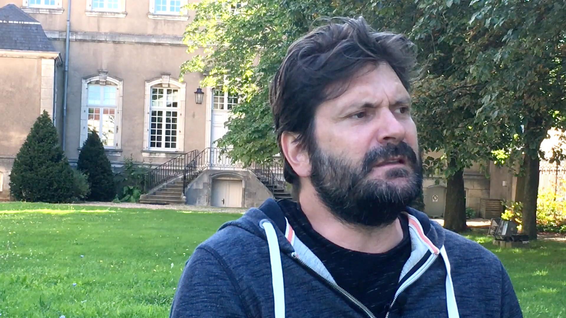 Image de la vidéo pour 'Jeune homme sous la lampe'