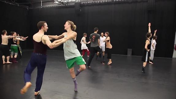 """Image du spectacle """"Story Water"""" – Emanuel Gat / Dance & Ensemble Modern - répétition"""