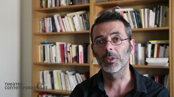 """Image du spectacle Sylvain Renard, """"Pigeon-Cyborg ou l'Homme-machine"""", présentation"""