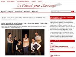 Cristina Vidal murmure à l'oreille des comédiens.