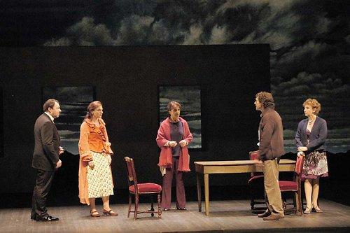 De g. à d. : H. Pierre (Louis), E. Mazev (Suzanne), D. Lebrun (la Mère), B. Wolkowitch (Antoine), C.